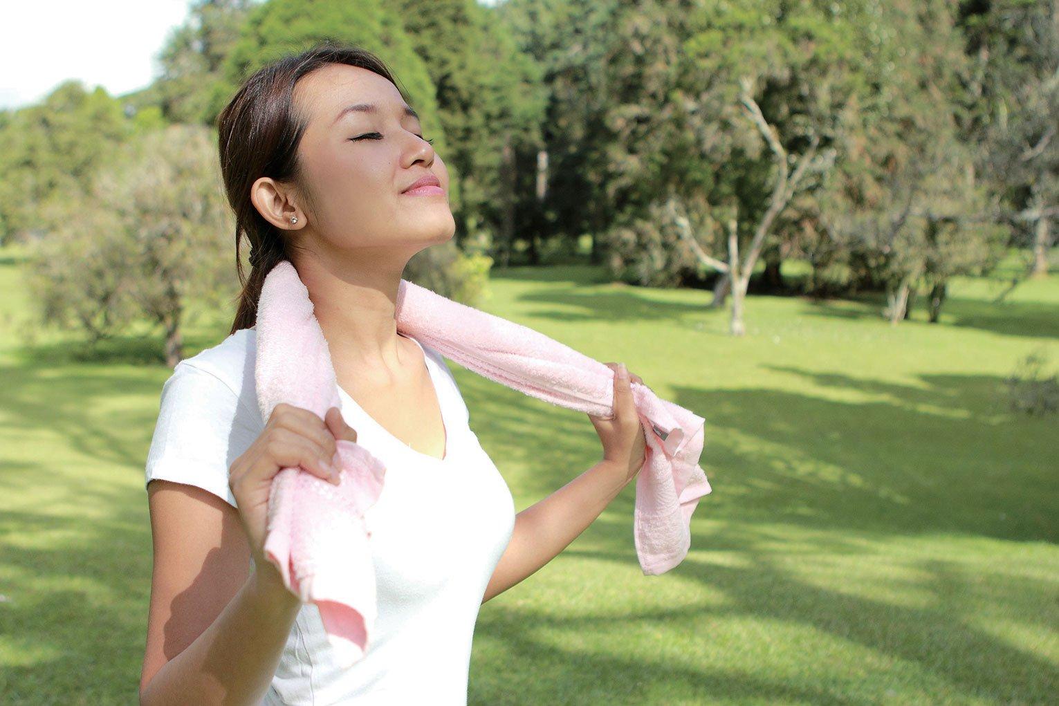 腹式呼吸可以讓身體釋放輕鬆荷爾蒙,紓解壓力。(Shutterstock)