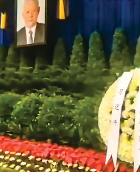 葉選平廣州追悼會現場佈置,排最前的是習近平送的花圈。(視頻截圖)