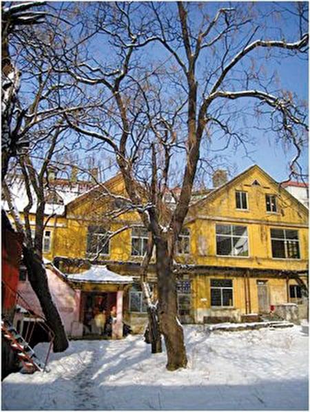 十九世紀末期,丹麥傳教士在安東天後宮街建立的基督教醫院,作者攝於2010年冬。(鴻路提供)