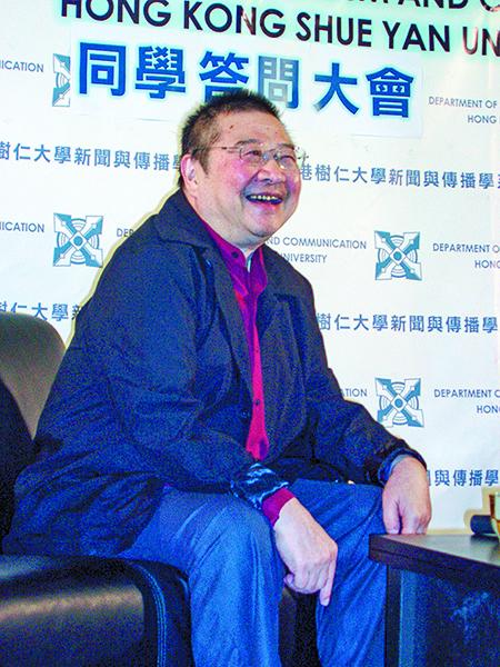2007年11月,作家倪匡在香港樹仁大學主持講座。(Yuyu/Wikimedia Commons)