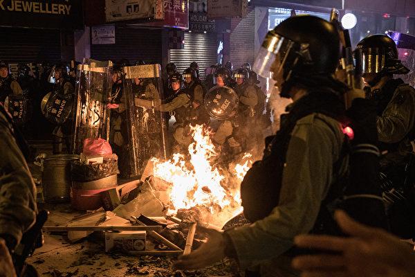 2019年9月6日,香港警察在旺角驅趕抗議者,並撲滅起火燃燒的路障。(Chris McGrath/Getty Images)