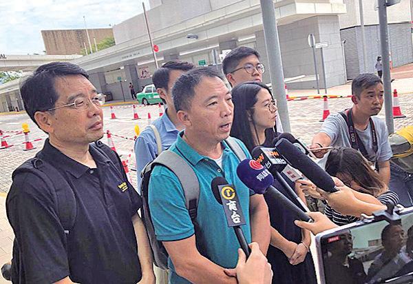 昨日鄺俊宇遇襲,民主黨胡志偉(左二)、民主派元朗區議員黃偉賢(左一)在天水圍醫院回應傳媒 。(余天佑/大紀元)