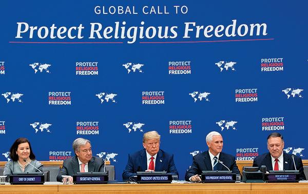 特朗普(中)在紐約聯合國總部發表宗教自由主題演講。副總統彭斯(右二)、國務卿蓬佩奧(右一)等其他美國高官以及聯合國祕書長古特雷斯(左二)出席了當天的演講。(AFP)