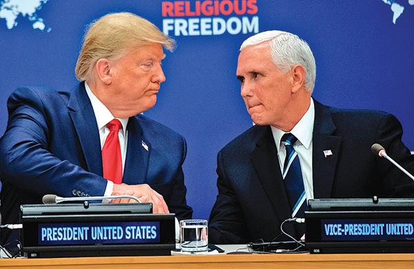 彭斯(右)是一位虔誠的基督徒,圖為他星期一在聯合國宗教自由會議上與特朗普握手。(AFP)