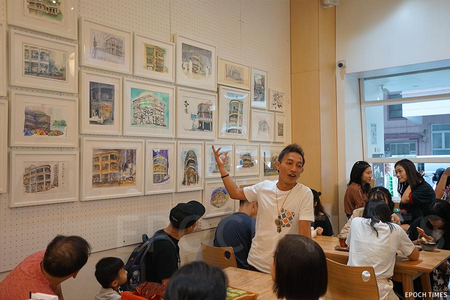 近日在Tea Hub舉辦的青山道303號畫展,畫家們介紹自己的作品。(曾蓮/大紀元)