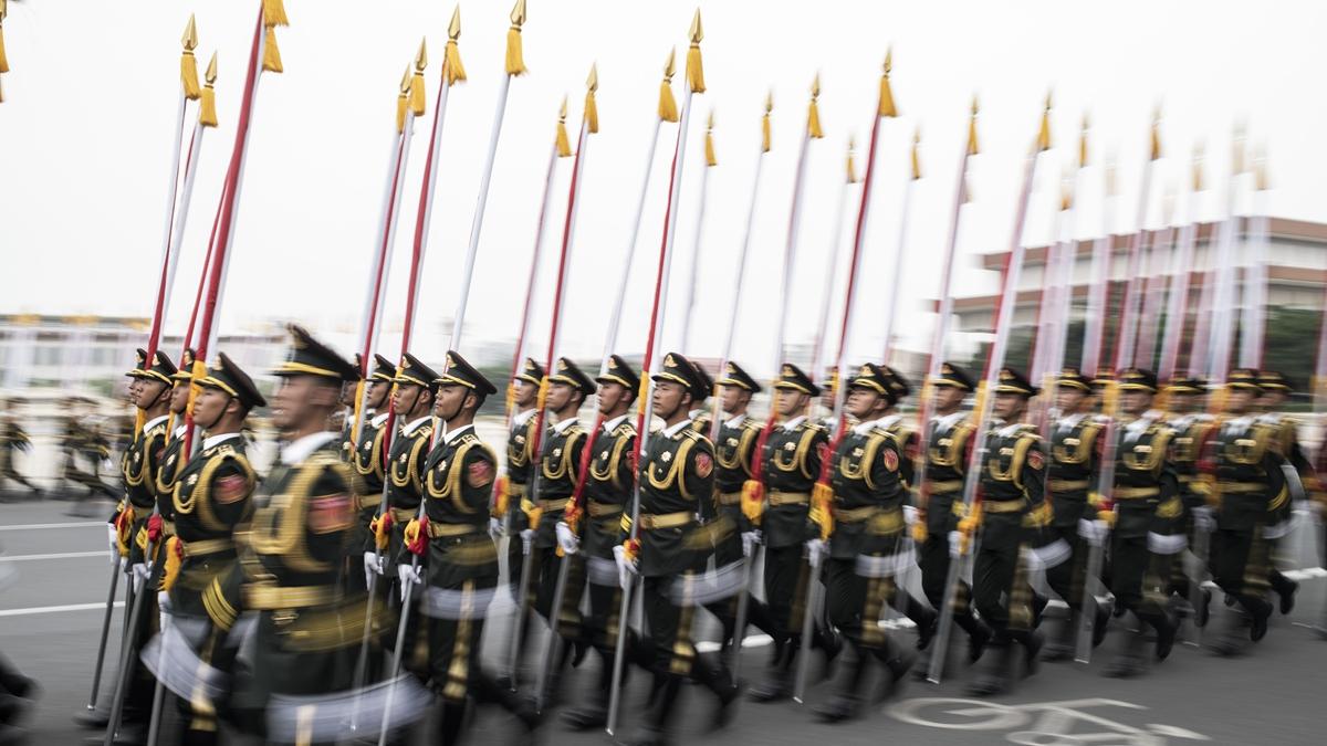 有港媒說,港人堅持愈百日的抗爭,讓中共耀武揚威的閱兵破了相。示意圖(FRED DUFOUR/AFP/Getty Images)