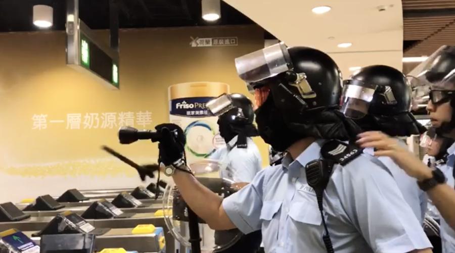 男子沙田站跳閘被制服 疑受傷數百人包圍控制室