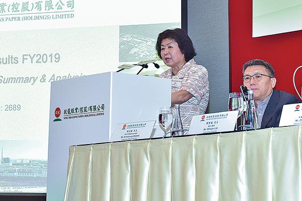玖龍紙業董事長張茵表示:配額收緊,廢紙價格波動,對紙業造成衝擊。(郭威利/大紀元)