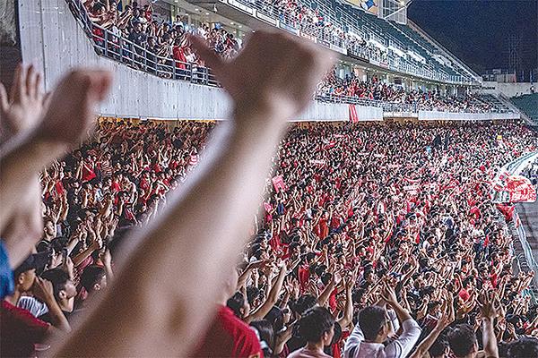 香港人民的無大台和若水的策略,與上善之法輪功的抗爭,異曲同工。圖為世界盃預選賽香港和伊朗隊比賽時,抗議吶喊和歌聲蓋過了中共的「國歌」。(Getty Images)