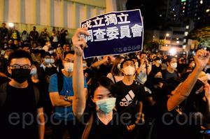 林鄭首次社區對話 場外市民抗議稱「作秀」