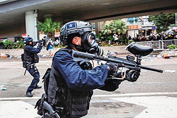 中國(共)科學院日前表示,已研製出世界上第一把用於控制示威民眾的手持式聲波武器,並即將投入批量生產。圖為2019年6月12日,香港警方在海富巴士總站施放催淚彈、布袋彈,驅趕民眾。(Getty Images)
