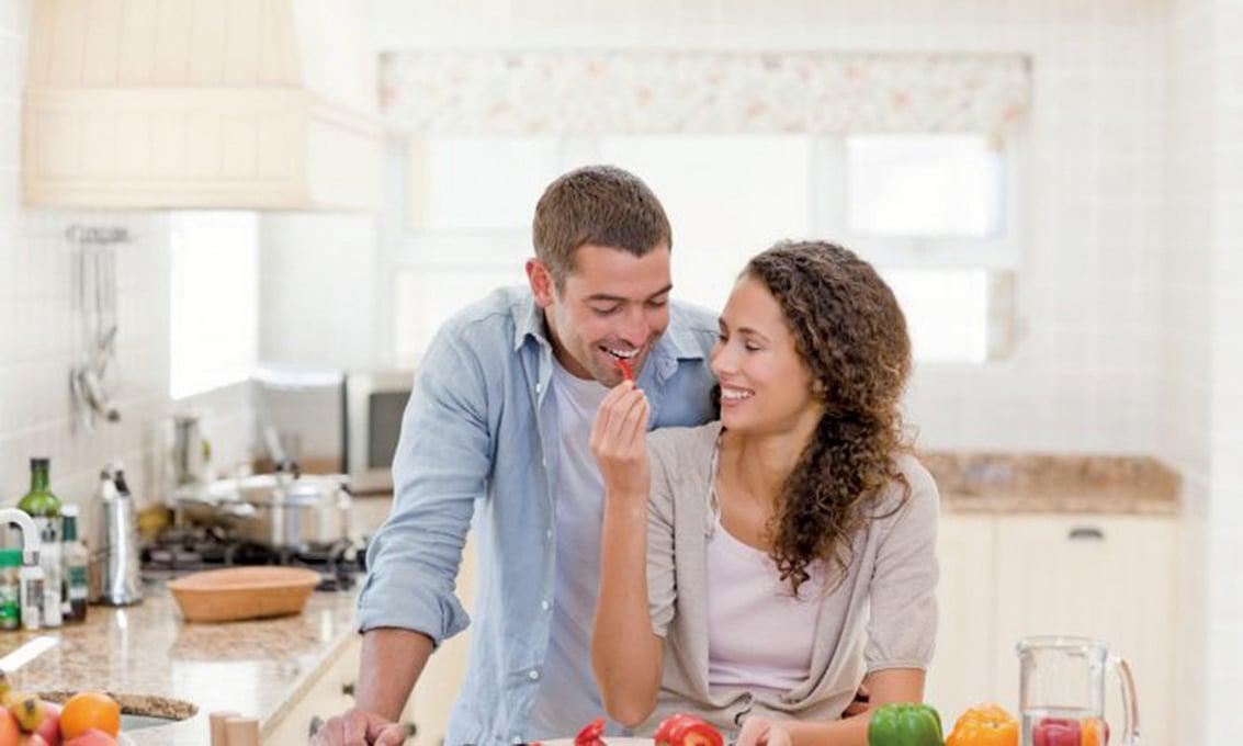 腸道健康很大程度上取決於直接攝入了甚麼東西。纖維是改善微生物群狀態的關鍵,因此,食用富含全榖物、蔬菜和水果的飲食是十分必須的。(wavebreakmedia/Shutterstock)