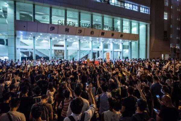 9月26日,林鄭月娥在灣仔伊利沙伯體育館舉辦社區公開對話。伊利沙伯體育館外,聚集很多抗議民眾。(PHILIP FONG/AFP/Getty Images)