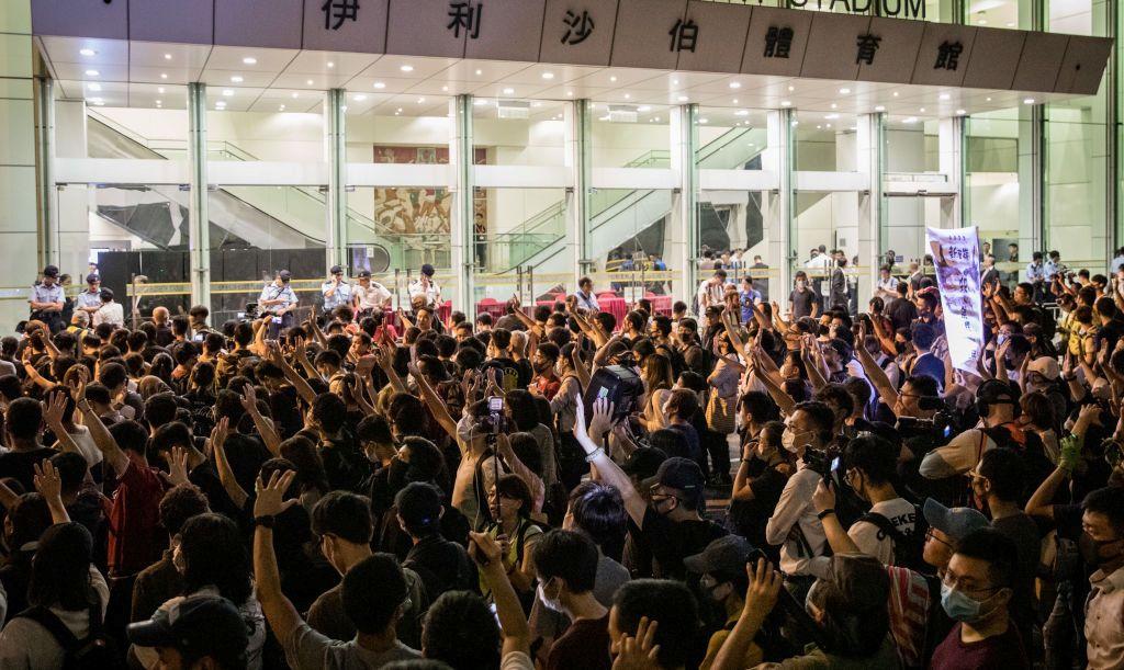 香港特首林鄭月娥於2019年9月26日舉行了首次社區對話。大批親民主的抗議者在伊利沙伯女王體育場外舉著標語高呼口號,強調「五大訴求,缺一不可」。(Chris McGrath/Getty Images)