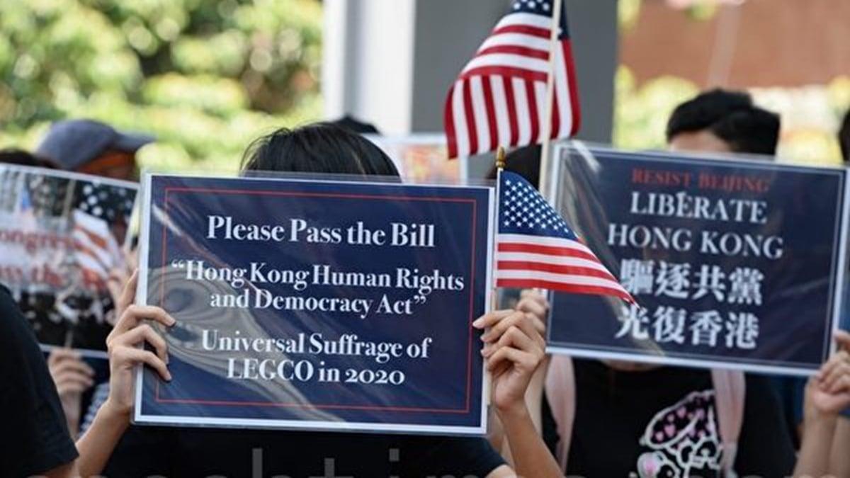 9月20日中午,香港大學的學生旗隊手持美國國旗,在校園內舉行集會,呼籲美國國會通過《香港人權與民主法案》。(大紀元)