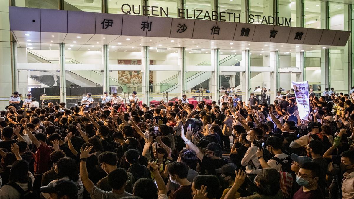 特首林鄭月娥與150位香港市民,於26日晚,舉行了兩個半小時的首場社區對話會,數百名市民在會場外高喊口號。(Chris McGrath/Getty Images)