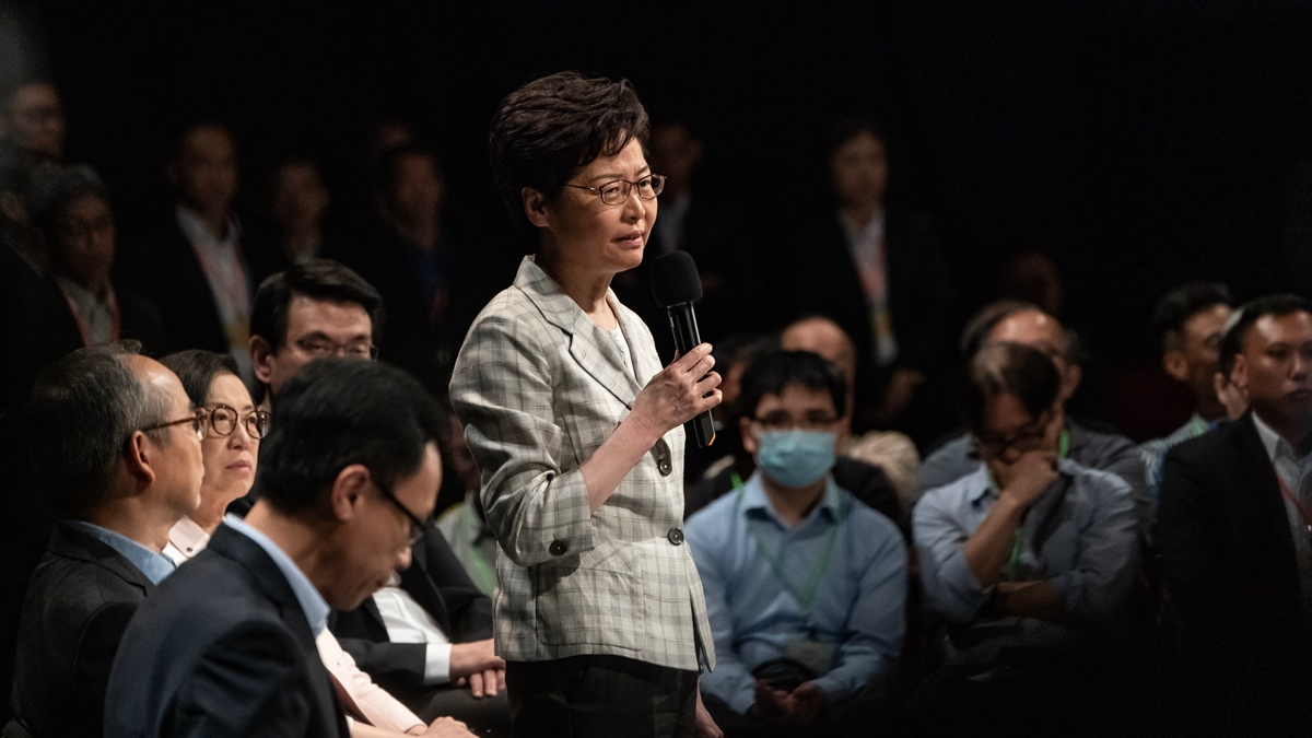 特首林鄭月娥與150位被抽中香港市民,於26日晚,舉行了兩個半小時的首場社區對話會。(Anthony Kwan/Getty Images)