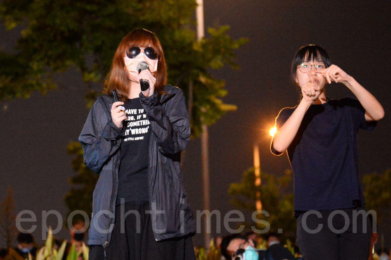27日,大批香港市民聚集在中環愛丁堡廣場集會,有831事件被捕女子稱拘押期間被男警非禮。(宋碧龍/大紀元)
