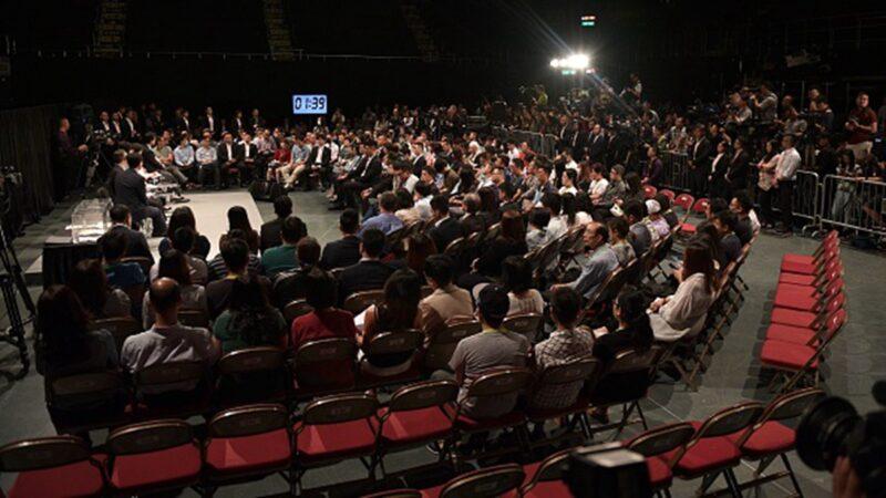 親臨林鄭月娥對話會的記者嘲諷,對話會只是十一前的一場「公關騷」。(NICOLAS ASFOURI/AFP/Getty Images)