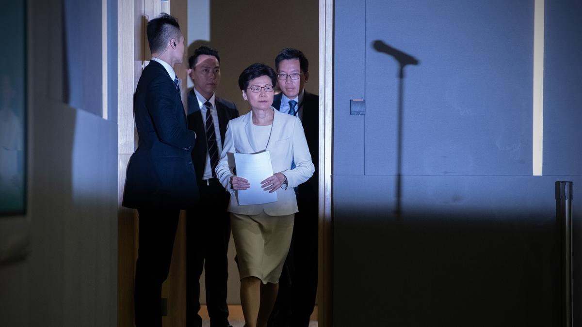27日,有港媒稱,林鄭在宣佈撤例前,獲得習近平的批准,而港府對此次政治危機,並沒有太多的處理空間。(Carl Court/Getty Images)