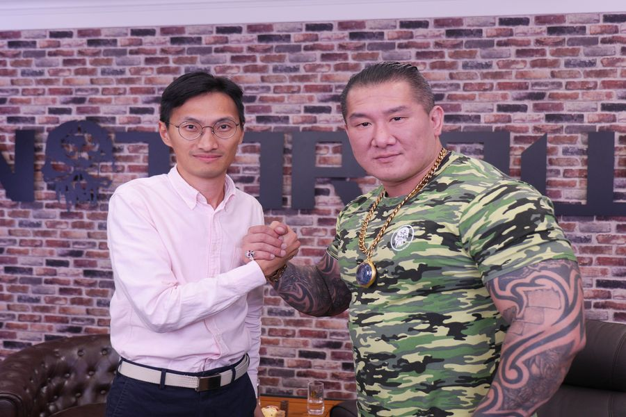 香港立法會議員朱凱迪(左)受邀參加網絡名人「館長」陳之漢(右)的直播,會中兩人都呼籲台灣民眾9月29日當天,若條件允許的話可以參加「929撐港反極權」遊行。(陳冠均/大紀元)