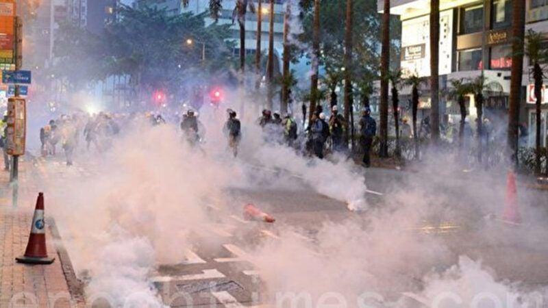 8月11日,香港警察灣仔發射多枚催淚彈後,現場煙霧瀰漫。(大紀元)