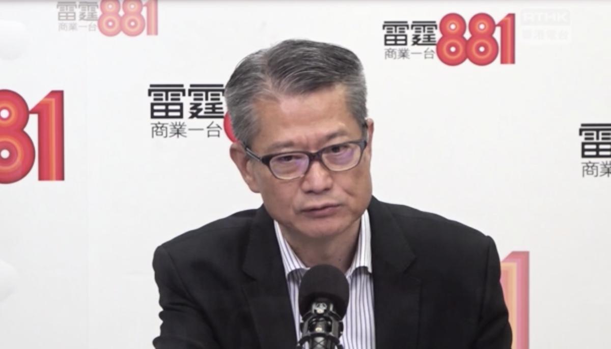 今早(28日)財政司司長陳茂波在一個電台節目時表示,香港旅遊及零售等行業受到重創,並透露第三季度出現大幅度下滑也不為怪。(視頻截圖)