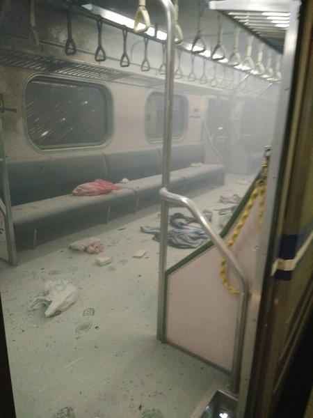 台北市消防局7日晚間9時59分獲報,松山火車站二號月台有火車冒煙。(台鐵提供)