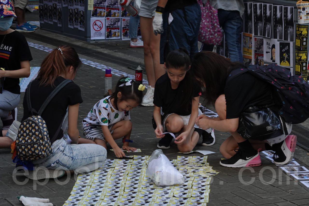9月28日是「佔中運動」5周年紀念日,一大早香港市民在金鐘等各區開始「連儂之路」活動。(余鋼/大紀元)