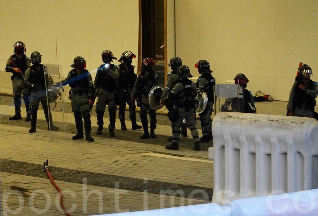 28日,在紀念「佔中運動」5周年的金鐘添馬公園一帶已有大批防暴警察聚集,佈防。(余鋼/大紀元)