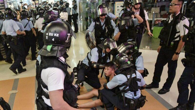 一名年輕的抗爭者被警察抓捕。(NICOLAS ASFOURI/AFP/Getty Images)