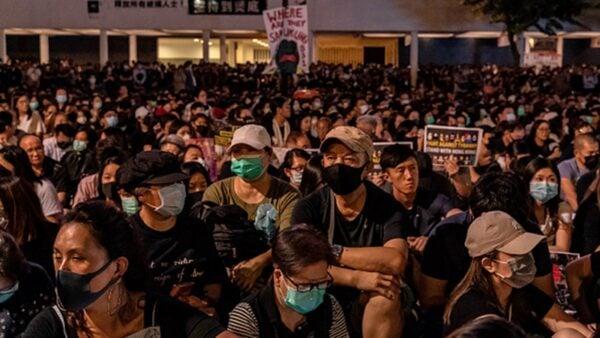 9月27日晚,在中環愛丁堡廣場集會上,一名抗爭者通過大會披露,他被關押在新屋嶺期間,曾遭到至少2名警察性侵、酷刑虐待。(Anthony Kwan/Getty Images)