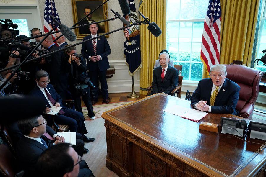 圖為2019年4月4日,美國總統特朗普在白宮接見中共副總理劉鶴。(Chip Somodevilla/Getty Images)