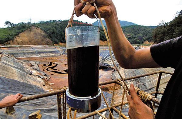 中共犧牲自然耗盡國土資源,換來的經濟奇蹟,將在一場巨大的災難中引爆。圖為被重金屬污染的水源。從地面河水到地下水、再到土壤、農作物,最後到達人體,造成各種癌症。(Getty Images)