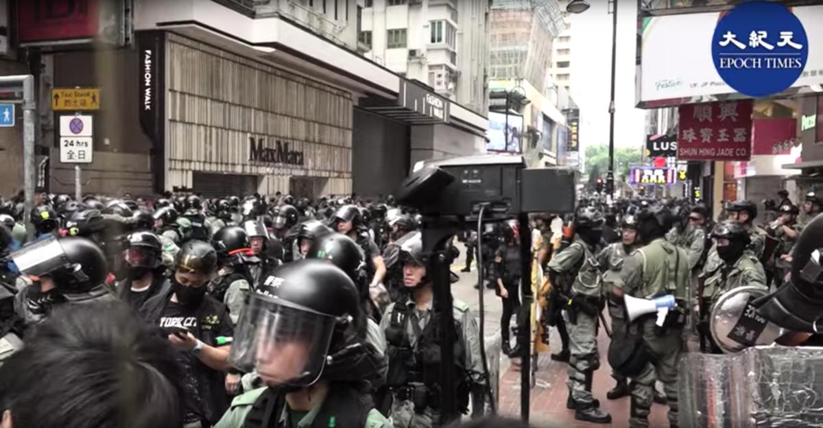 今日(9月29日)在全球反極權日之際,警方全副武裝出動超出平時數倍的警力在銅鑼灣一帶驅趕在當地滯留的市民。(影片截圖)