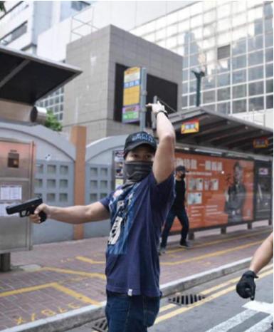 另有本台記者拍到,有喬裝抗爭者的多名蒙面人在被市民揭開其真實面目後,開槍幫自己解圍。(網絡圖片)