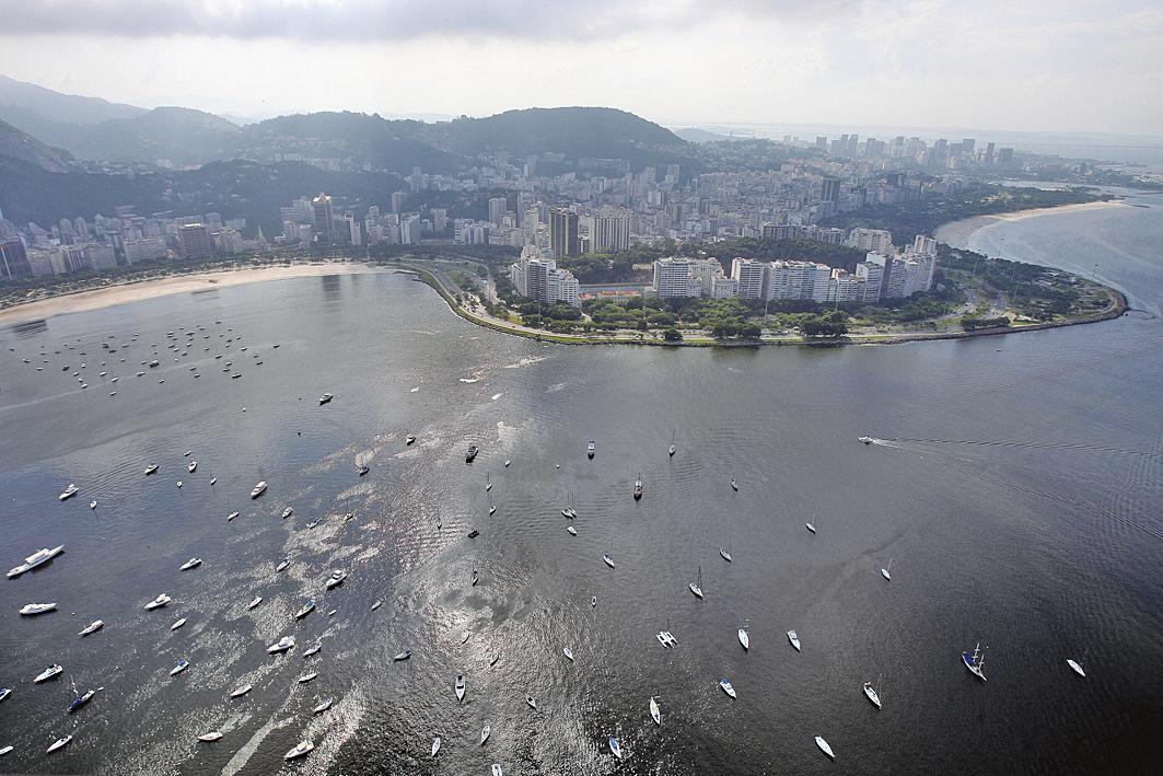 巴西的科學家表示,有兩個即將舉辦奧運水上運動的海灘遭嚴重污染,內含超標的超級細菌病毒。本圖為被驗出含有超級細菌的博塔弗戈海灘。(AFP)