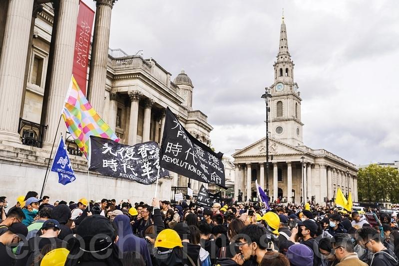 全球逾60個城市分別於上周未同步舉行「全球反極權」遊行活動,圖為9月28日倫敦遊行至特拉法加廣場(Trafalgar Square)上的後的集會情況。(晏寧/大紀元)