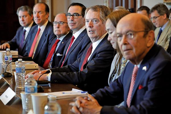 日前,美媒傳白宮討論限制美資進入中國,或亮出金融殺手鑭。圖為美國貿易談判代表團人員出席今年1月在華盛頓的雙邊會談。(AFP)