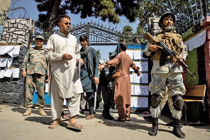 9月28日,阿富汗首都喀布爾一處投票站外,警戒中的維安人員。(Getty Images)