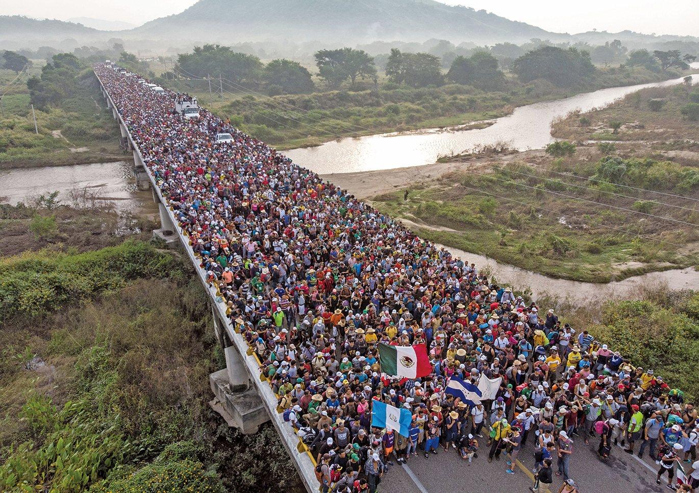 圖為經過墨西哥南部直撲美國邊境的中南美洲移民大篷車隊。(AFP)