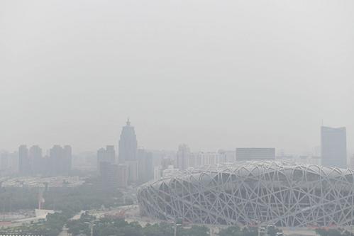 圖為2019年6月21的北京被陰霾鎖住。(AFP)