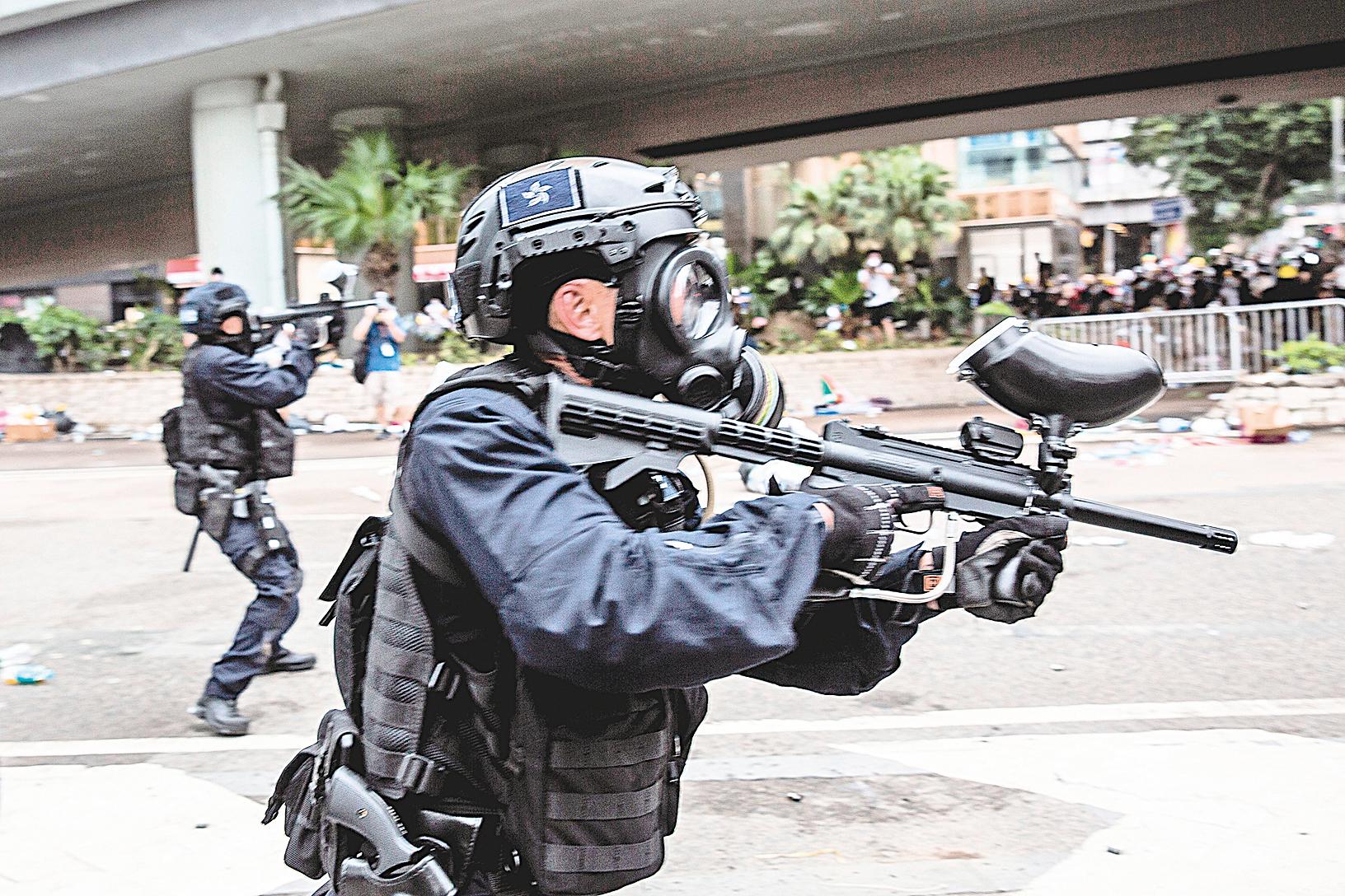 在香港,人們從大量正在發生的事實中知道,警察正在使用的就是塔利班式的恐怖主義手段。圖為2019年6月12日,香港警方在海富巴士總站施放催淚彈、布袋彈,驅趕民眾。(ISAAC LAWRENCE/AFP/Getty Images)