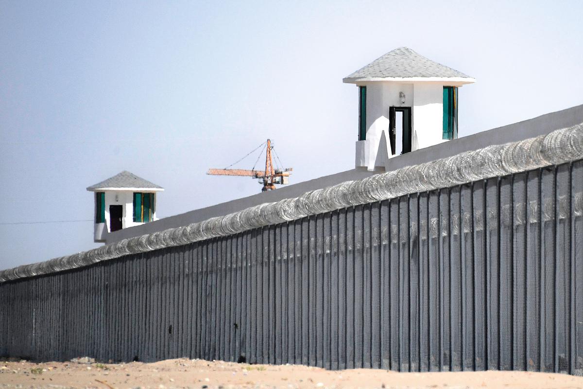 新疆和田地區一處「再教育營」的哨塔和圍牆。(AFP)