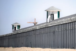 新疆「再教育營」黑幕 地下二十米鐵籠囚人