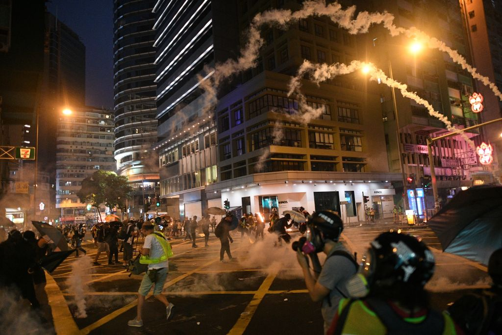 香港2019年9月29日爆發反極權遊行,全球50個城市連線同步舉行了抗議活動。圖為香港警方在街頭清場時發射的多枚催淚彈呼嘯著飛向抗議人群。(MOHD RASFAN/AFP/Getty Images)