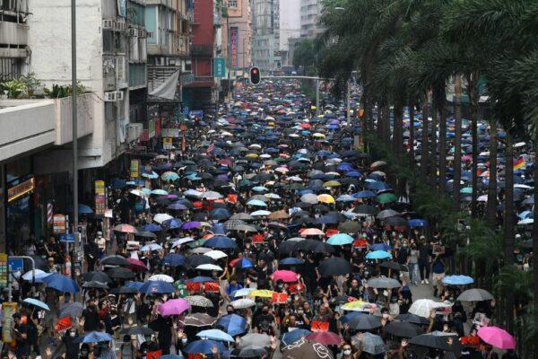 香港民眾發起2019年9月29日全球反極權遊行,當日成千上萬的人匯聚到銅鑼灣後起步遊行,穿過香港街道。 (MOHD RASFAN/AFP/Getty Images)