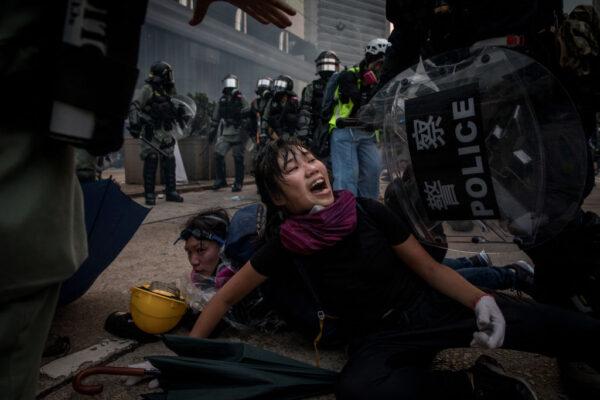 香港警察2019年9月29日在香港街頭抓捕一名女性抗議者時暴力壓制被捕者,導致該女子發出痛楚的尖叫。(Chris McGrath/Getty Images)