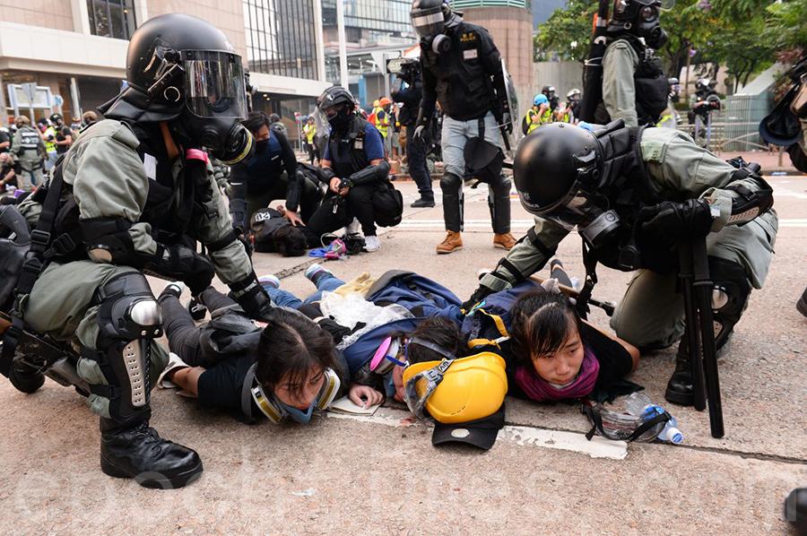 港警在金鐘狂抓抗爭者,3位女仔同時被抓。(宋碧龍/大紀元)