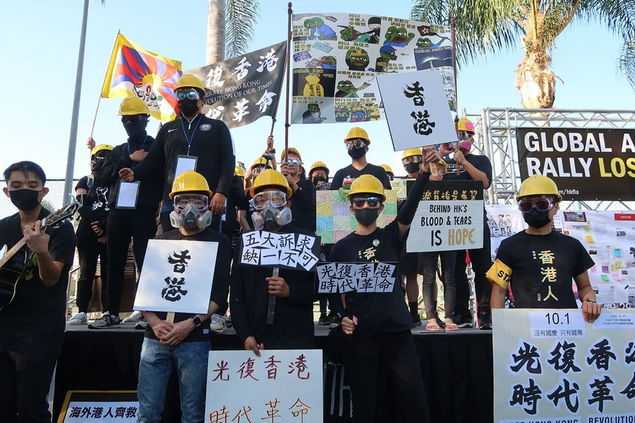 9月29 日,上千人聚於洛杉磯蒙特利公園市(Monterey Park)巴恩斯公園(Barnes Park)參加「反共送終」集會遊行,齊唱〈願榮光歸香港〉。(徐繡惠/大紀元)